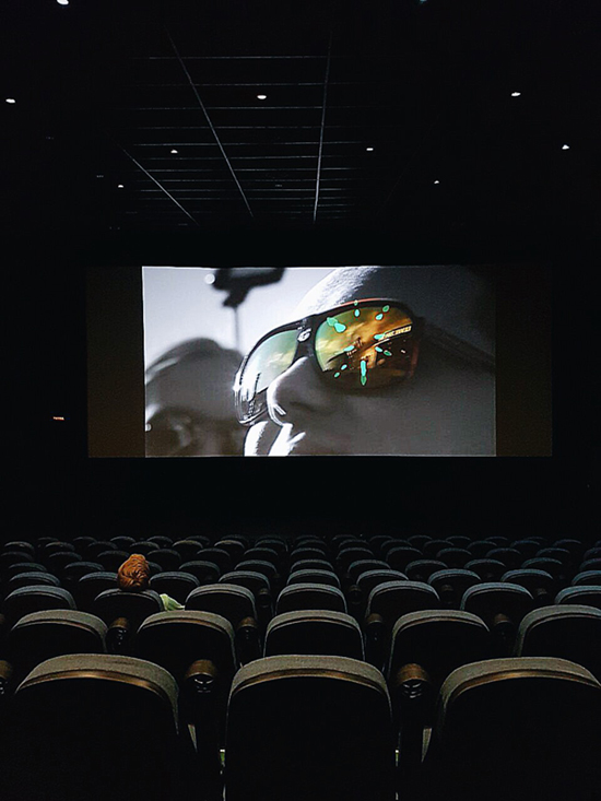 мы с мужем в пустом кинозале