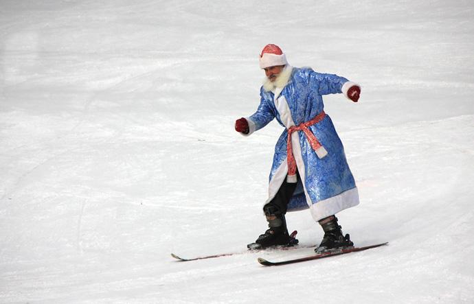 с новым годом! дед мороз на лыжах
